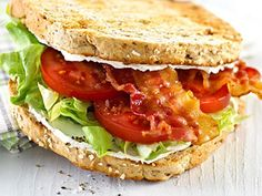 Den klassiske amerikanskinspirede BLT - bacon, lettuce and tomatoes. Cakes And More, Salmon Burgers, Lettuce, Salsa, Picnic, Sandwiches, Brunch, Toast, Sweets