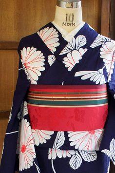 濃紺色の地に、大輪の菊花のようなまんまるいお花が描きだすよろけ縞が染め出された夢二好みの注染レトロ浴衣です。