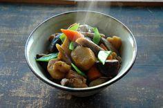 いちばん丁寧な和食レシピサイト、白ごはん.comの『筑前煮の作り方』を紹介するレシピページです。白ごはん.comの秋冬の煮物レシピ人気ナンバーワン。いろいろな根菜類がおいしい味わいを作ってくれます。その一つ一つの下ごしらえの方法から、写真付きで詳しく紹介しています!ぜひお試しください。