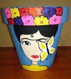 Macetas Pintadas a Mano Diseño Frida... Podes encontrarlas en mi puesto de la feria de Villa Dominico todos los domingos de 9 a 18 Hs. Painted Plant Pots, Painted Flower Pots, Pottery Painting Designs, Pottery Art, Clay Pot Crafts, Diy Crafts, Frida Paintings, Decorated Flower Pots, Pot Plante