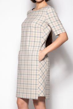 картинка Прямое платье со вставкой по боковым швам и карманами в швах. Втачной прямой рукав до локтя. магазин Одежда+ являющийся официальным дистрибьютором в России