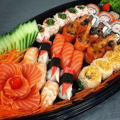 Barca Sushi, Japanese Food Sushi, Sashimi Sushi, Sushi Platter, Edible Food, Food Goals, Aesthetic Food, Food Cravings, I Love Food