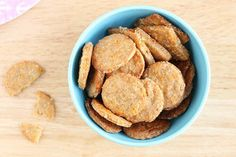 Cheese Crackers with Oats Team up with the kids to make a batch of these crispy, crunchy, and nutritious homemade cheese crackers for snack time. They're easy and a healthy snack option for kids with less salt than store-bought crackers. Homemade Crackers, Homemade Cheese, Baby Food Recipes, Snack Recipes, Toddler Recipes, Toddler Food, Toddler Meals, Kids Meals, Keto Recipes