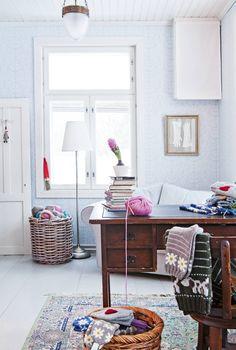 Työhuoneessa vasemmalla olevan koristeoven Heidi osti ystävältään. Vanhan pöydän ääressä tehdään paperitöitä ja käsitöitä. Heidi on aikaisemmalta koulutukseltaan tekstiiliartesaani, ja vapaa-aikanaan hän valmistaa kirjoneuleita.