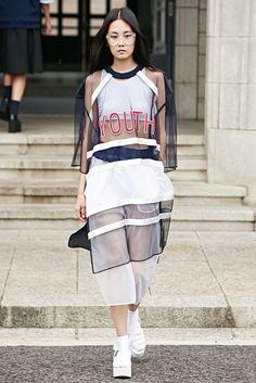 Pin by Marina Hadjiantoni on Asian fashion girls in 2020 Sport Style, Sport Chic, Sporty Chic Style, Fashion Week, Sport Fashion, Womens Fashion, Fashion Trends, Fashion Details, Look Fashion