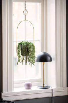 Dette blir inn og ut i 2019 Portia - Nettavisen Window Sill Decor, Window Decor, House Inspiration, House Styles, Home And Garden, Christmas Window Decorations, Bay Window Decor, Cold Frame Plans, Plant Decor