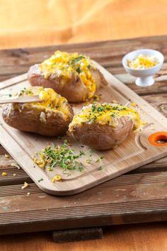 Batatas recheadas com queijo TeleCulinária 1867 - 19 de Janeiro 2015 - Disponível em formato digital: www.magzter.com Visite-nos em www.teleculinaria.pt