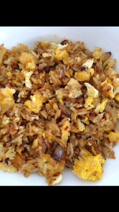 Gebakken rijst: ui + knoflook bakken. Rijst erbij (mag ook van een dag eerder zijn). Eieren toevoegen. Wat zout erbij. Voor wat pit een rode peper toevoegen of chilivlokken/poeder. Dit alles naar smaak toevoegen.