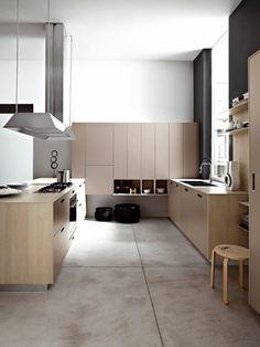cuisine de couleur taupe, meubles en bois clair, sol en carrelage beige