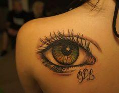Tatuagem feminina de olho no ombro