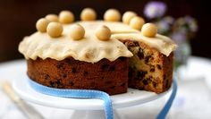 Simnel cake recipes Simnel cake has been eaten since medieval times as both a rich, sweet treat and a symbolic ritual. The fruit cake is topped with eleven marzipan balls to represent the eleven apostles of Christ, minus Judas. Food Cakes, Cupcake Cakes, Fruit Cakes, Cake Recipes Bbc, Simnel Cake, Medieval Recipes, Cake Mixture, Easter Treats, Easter Cake
