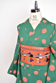 グリーンに、コラールピンクとアプリコットオレンジをとけあわせたような愛らしい水玉模様が染め出されたキュートな注染浴衣です。