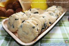 Sono deliziosi da sgranocchiare davanti alla tv ma anche in occasione di un buffet, questi biscotti salati con olive e Parmigiano.