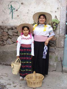 Madre e hija vistiendo el traje típico otomí del pueblo San Juan, Ixtenco, Tlaxcala.