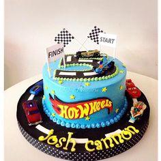 Bolo Hot Wheels, Hot Wheels Cake, Hot Wheels Party, Car Cakes For Boys, Race Car Cakes, Hot Wheels Kuchen, Bolo Artificial, Cars Birthday Parties, 5th Birthday