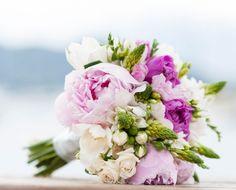 Flores brancas, rosas e verdes no buquê by @maraperez1 para o casamento de Barbara Moraes na praia! (Foto: Giselly Gonçalves)