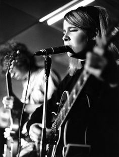 Sandy Denny at a Fairport Convention gig in December 1968, by Eric Masters