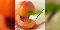Gepocheerde perziken met een coulis van aarbeien en rode bessen