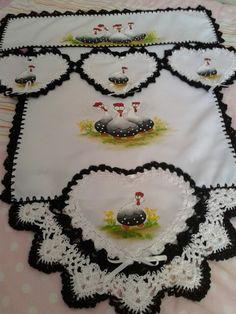 Trilho e capa p fogão - Dayane Garcia Flores Tree Skirts, Alice, Christmas Tree, Holiday Decor, Youtube, Crochet Dishcloths, Crochet Carpet, Napkins, Bedspreads