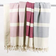 """Das Hamamtuch """"Dalya"""" gehört zu der eigens von uns entworfenen Kollektion aus Bio- Baumwolle.  Die farbigen Streifen sind in einer Wabenstruktur gewebt und heben sich damit nicht nur farblich von den glatt gewebten Streifen in ungebleichter Baumwolle ab. Dieses Tuch hat eine luxuriöse Größe von 100 x 200cm.   Hamamtücher sind äußerst vielseitig: sie sind nicht nur praktisch am Strand, im Spa, in der Sauna oder beim Sport, man kann sie darüber hinaus auch als Pareo, Schal oder Plaid… Turkey Colors, Beach Towel, Organic Cotton, Hand Weaving, Stripes, Plaid, Spa, Honeycomb, Clothes"""