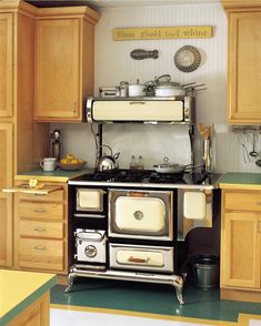 Reproduction stoves replicate the styling of late and early appliances, but have all the technology of modern stoves. (Photo: Courtesy of Heartland Appliances) Wood Stove Cooking, Kitchen Stove, Kitchen Appliances, White Appliances, Kitchen Cabinets, Classic Kitchen, Vintage Kitchen, Kitchen Black, Minimal Kitchen