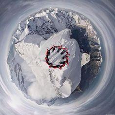 Fantástica fotografia (capturada por um drone) de um grupo de alpinistas no topo de uma das montanhas dos Alpes, Suiça.