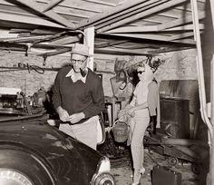 Вскоре после их женитьбы в 1956 году, Мэрилин Монро и ее второй муж, драматург Артур Миллер, в гараже их дома в Роксбери, Коннектикут