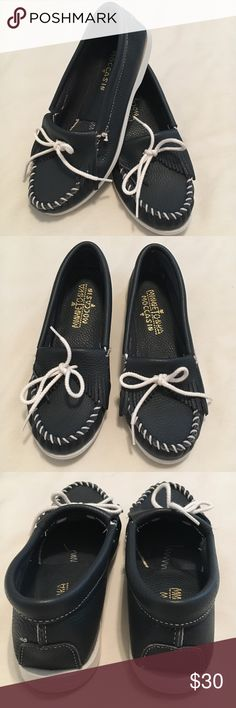 Navy Blue & White Minnetonka Moccasins Boat Shoes Women's Navy Blue & White Minnetonka Moccasins Boat Shoes Size 7. Bottom measures approx. 10 in. in length. Excellent Condition! Minnetonka Shoes Moccasins