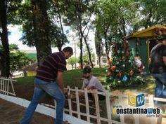 """No dia de ontem (27) assistentes sociais, integrantes do poder executivo e da comunidade se dirigiram até a praça Getúlio Vargas, onde em um """"mutirão"""" trabalharam na construção da Vila do Papai Noel."""