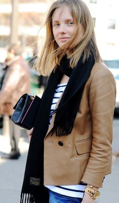 Business casual work outfit: camel blazer, white tee with black stripes, black scarf, jeans. Camel Blazer, Leather Blazer, Blazer Jeans, Beige Blazer, Camel Coat, Denim Jeans, Sweater Weather, Look Fashion, Fashion Outfits