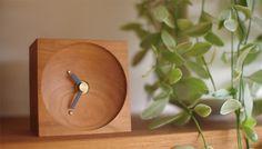 happy birthtimeは天然木を使用した小さな置時計です。 文字盤にはあなたにとって特別…