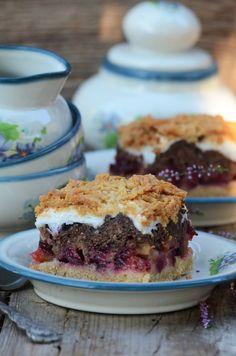 Korzystając z sezonowych dobrodziejstw mam dla Was pyszne ciasto ze śliwkami, pleśniaka można wykonać z różnymi owocami lub z konfitu...