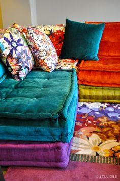 33 Boho Home Decor Everyone Should Try Home Decor - Diy Möbel Floor Cushions, Cushions On Sofa, Mah Jong Sofa, Floor Seating, Boho Home, Boho Living Room, Eclectic Decor, Home Decor Trends, Sectional Sofa