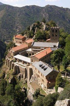 Abbaye Saint Martin du Canigou Guide du tourisme des Pyrénées-Orientales Languedoc-Roussillon Romanesque Art, Romanesque Architecture, Sacred Architecture, Beautiful Buildings, Beautiful Places, Languedoc Roussillon, Saint Martin, Provence France, Villas
