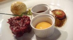Tatar z polędwicy wołowej ze świeżą cebulką, pieczarkami marynowanymi, ogórkiem konserwowym i jajkiem #tartare #beef #fortezza #restauracja