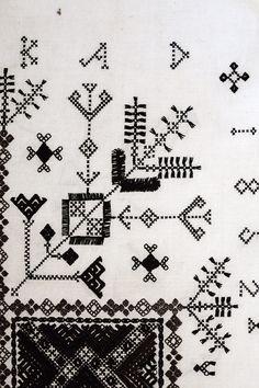 Svartstick, broderier ur Handarbetets Vänners samlingar. Foto av Alicia Sivertsson. Traditional Swedish embroidery, photo by Alicia Sivertsson.