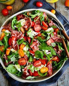 SPINATSALAT 🥗 med tomater, mozzarella og spekeskinke.⠀ Perfekt mat i varmen ☀- lett å spise og lett å lage (eneste du trenger å skjære er tomatene)⠀ Parma, Prosciutto, Tex Mex, Cobb Salad, Cosy, Mad, Food Porn, Healthy Eating, Cooking