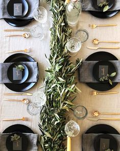 Ways to Set a Non-Stuffy Dinner Party Table the perfect place setting for Thanksgiving, Christmas, New Years or any dinner party!the perfect place setting for Thanksgiving, Christmas, New Years or any dinner party! Christmas Table Settings, Wedding Table Settings, Setting Table, Dinner Table Settings, Christmas Place Setting, Christmas Tables, Wedding Tables, Wedding Receptions, Christmas Table Scapes