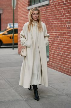 Showgoers Wore Colorful, Cozy Coats on Day 3 of New York Fashion Week - Fashionista New York Fashion Week Street Style, Nyfw Street Style, Spring Street Style, Street Style Looks, Street Style Women, Street Fashion, Trench Coats, Short Black Jacket, Black Jackets