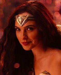 "4,216 Me gusta, 40 comentarios - Gal Gadot (@galggadot) en Instagram: ""The new Justice League trailer was so good #galgadot"""
