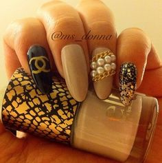 b Heffelfinger Here you go - Chanel Press-On Stilleto Nails with Chains and Pearls. via Etsy. Get Nails, Love Nails, How To Do Nails, Hair And Nails, Fabulous Nails, Gorgeous Nails, Pretty Nails, Nail Candy, Nagellack Trends
