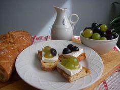 Ricetta Antipasto : Bruschetta formaggio di capra e uva da Monica71