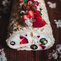 Májová sněhová roláda - Globus Globus Pavlova, Camembert Cheese, Cake, Petra, Food, Drinks, Globe, Drinking, Beverages