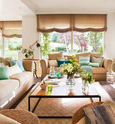 Salón en colores tostados. Sofás realizados a medida por Asun Antó. Mesa de centro, en Coton et Bois y alfombra de Alfombras Estudio Carme Pardo Interiors.
