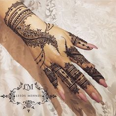 Weddings are incomplete without the Mehndi ceremony! For yours, we have curated a list of easy Arabic mehndi designs that will make you look spectacular! Modern Henna Designs, Henna Tattoo Designs Simple, Finger Henna Designs, Simple Arabic Mehndi Designs, Henna Art Designs, Mehndi Designs For Fingers, Beautiful Henna Designs, Hena Designs, Mandala Art