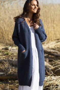 It is wonderful to wrap in a long cardigan! The clear-lined cardigan is made of Novita Natura yarn. The stylish design is detailed with recessed pockets. Knitted Coat Pattern, Knit Cardigan Pattern, Chunky Knit Cardigan, Long Cardigan, Crochet Cardigan Pattern Free Women, Jacket Pattern, Knitting Patterns Free, Knit Patterns, Free Knitting