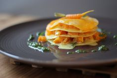 Offene Möhrenlasagne mit Karottengrün-Pesto - vegetarisches Hauptgericht - gratinierte Lasagne mit Karotten und Cheddar - Rezept für fleischloses Pastagericht