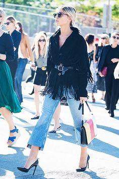 b262dfe3d57a A calça cropped flare jeans vem marcando presença em looks de muitas  fashionistas. Cool Street