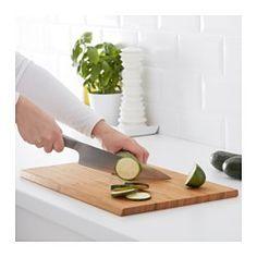 IKEA - APTITLIG, Schneidebrett, Das Brett kann beidseitig benutzt und dank der schrägen Kanten leicht umgedreht werden.Passt als zusätzliche Arbeitsfläche über Becken der BOHOLMEN, BREDSKÄR und FYNDIG Spülen.Aus Bambus, einem pflegeleichten, robusten Naturmaterial, das gleichzeitig die Messerklingen schont.Kann auch zum Servieren von Käse, Aufschnitt o. Ä. benutzt werden.