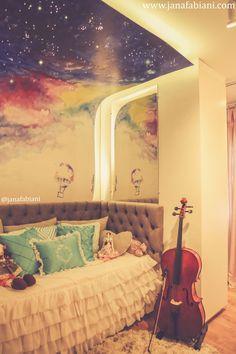 Quarto Menina delicado, quarto de menina colorido, Painel estrelado, teto aquarelado, cama sofá, roupa de cama de babados, cabeceira captonê, violoncello, quarto decorado adolescente, decoração azul